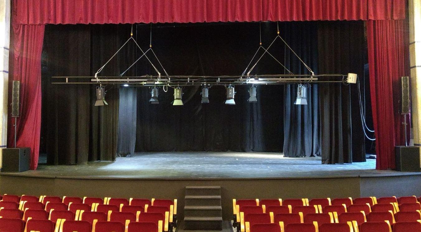 instalación-de-un-equipo-de-sonido-profesional-en-el-Teatro