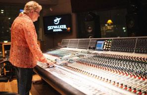 Leslie Ann Jones, directora de grabación y adaptación musical de Skywalker Sound, en la sala de control de la scoring stage en Skywalker Ranch